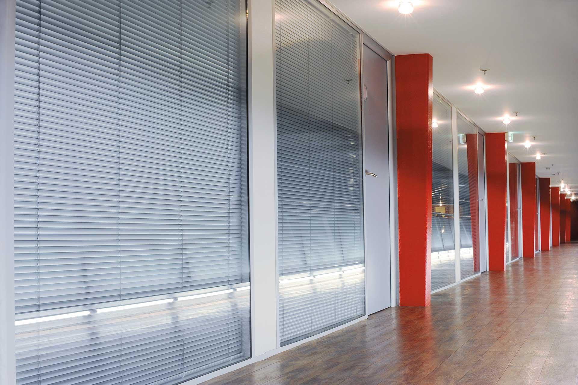 Cloisons amovibles vitrées toute hauteur avec stores vénitiens intégrés